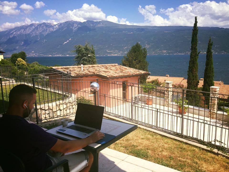 Thijs aan het werken vanuit Italië